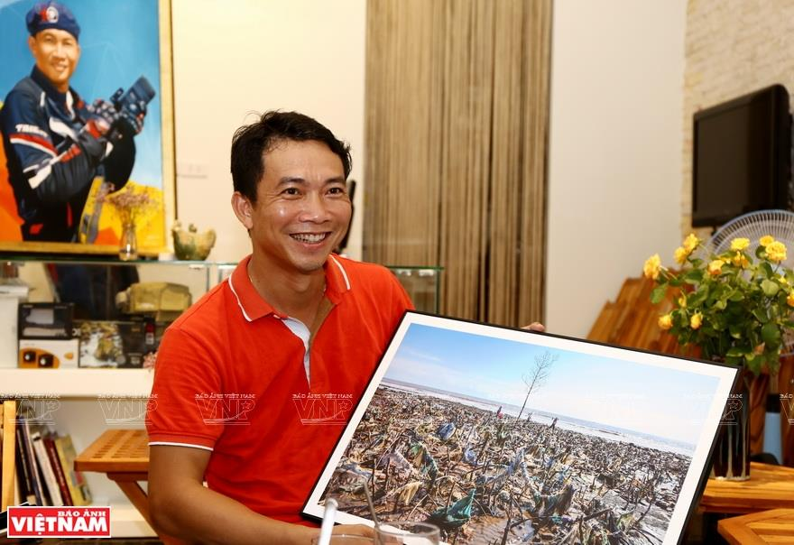 Nguyen Viet Hung has been working in photography for more than 20 years. He uses photos as a means to raise public awareness about the threat of plastic waste to the environment (Photo: VNA)