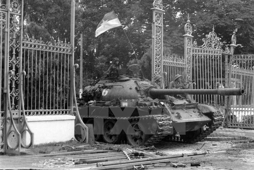 A liberation army tank crashes through the main gate, signaling the victory of liberation forces, marking the victorious end of the 30-year resistance war of the Vietnamese nation, Apr. 30, 1975 (Photo: VNA)