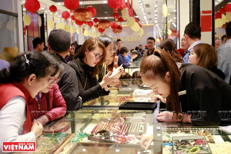 The group's other jewelry, made from gold, silver, diamonds and gems, also have modern and distinctive designs which can please the choosiest customers, including foreigners (Photo: VNA)