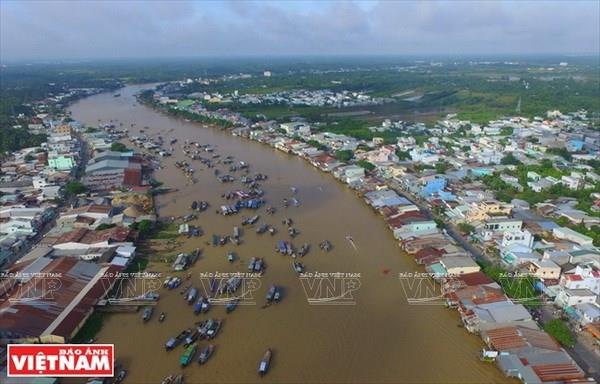 Can Tho lies at the intersection of many canals and river networks with a total length of 1,157 km, of which the Hau River is the largest passing through the city (Photo: VNA)