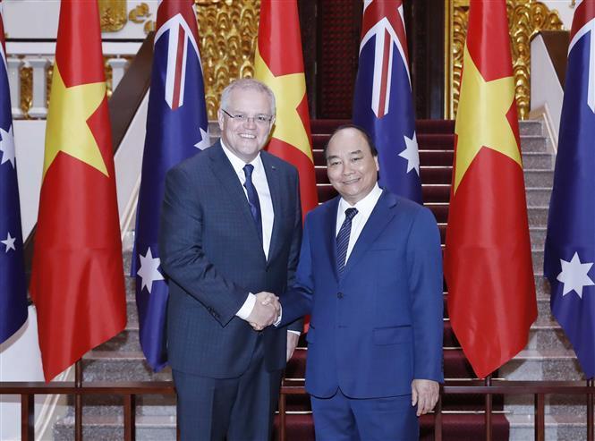 Prime Minister Nguyen Xuan Phuc (R) welcomes Australian Prime Minister Scott Morrison in Hanoi, August 23 (Photo: VNA)