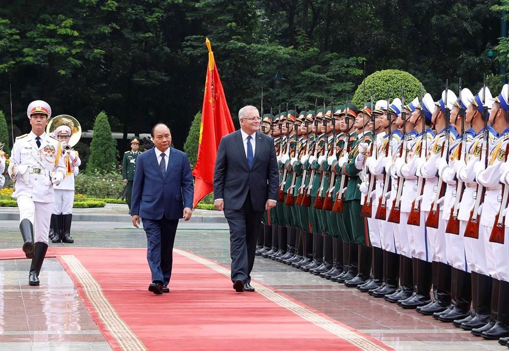 Prime Minister Nguyen Xuan Phuc and Australian Prime Minister Scott Morrison inspect honourary guard at the welcome ceremony (Photo: VNA)