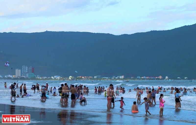 From My Khe beach, one can see Son Tra peninsula (Photo: VNA)