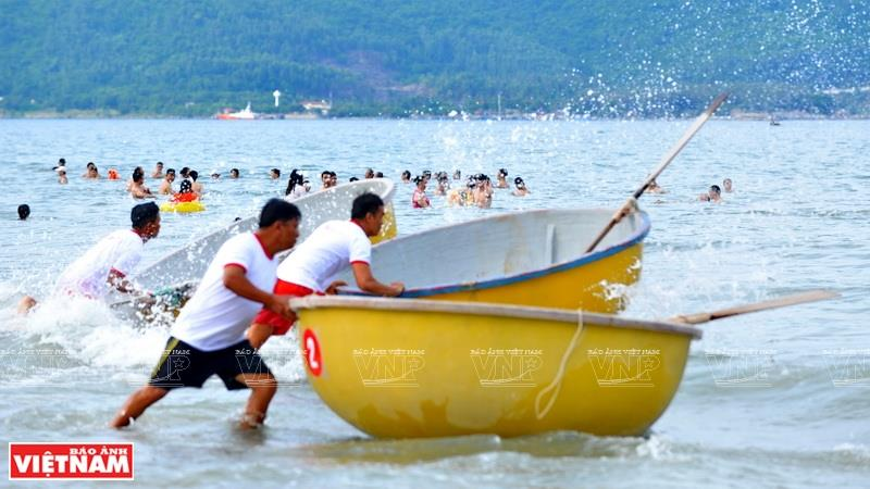 Basket boat racing on Pham Van Dong beach (Photo: VNA)