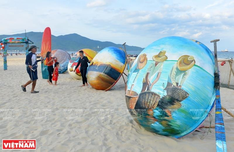 Works of art displayed on My Khe beach feature the local fishermen and their trade (Photo: VNA)