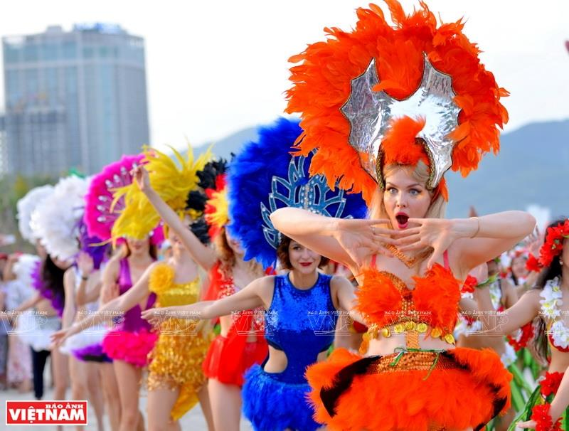 The first-ever bikini flashmob performance in Da Nang city