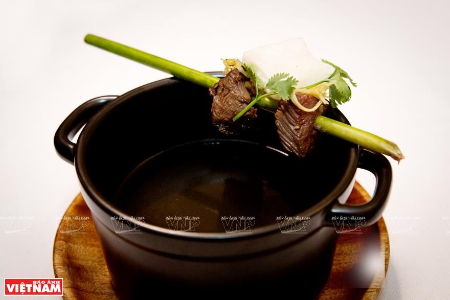 Soup served with grilled beef and ginger-flavored fried rice noodle (Photo: VNA)