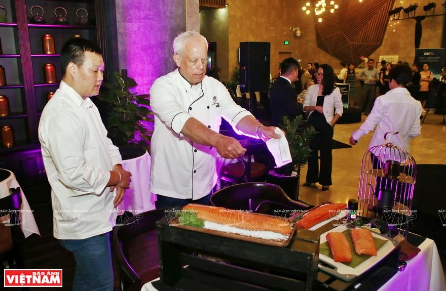 Burton-Race joins Vietnamese chef Nguyen Gia Thien (left) in preparing four dishes at a cooking show at Home Moc restaurant in Hanoi (Photo: VNA)