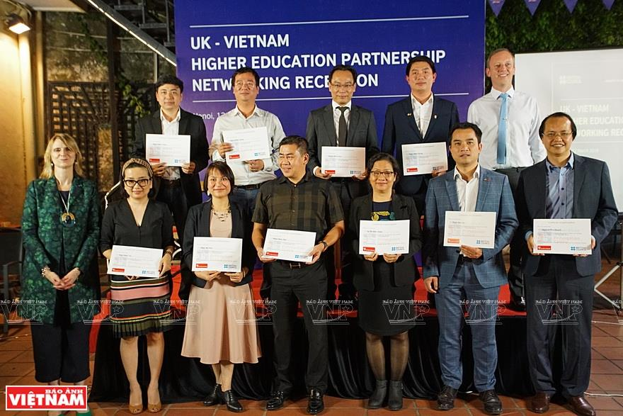 The ambassador grants certificates of merit to people with outstanding achievements at the UK-Vietnam Higher Education Partnership Networking Reception (Photo: VNA)