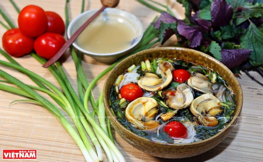 The clear, sweet and lightly sour broth mixed with the great greasy taste and crunchiness of the snails creates a perfect harmony for the dish (Photo: VNA)