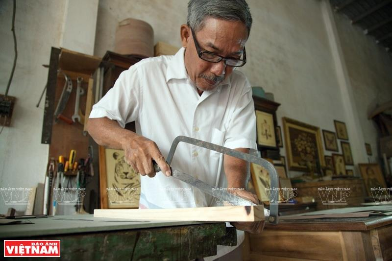 With a strong love for marquetry plus his patience and tireless efforts, Ky has finally mastered the art and become an important marquetry artist in Vietnam (Photo: VNA)