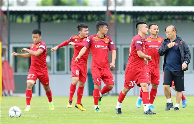 Coach Park Hang-seo (right) and his players during final session before their first match of the 2022 FIFA World Cup Asian Qualifiers second round against hosts Thailand (Photo: VNA)