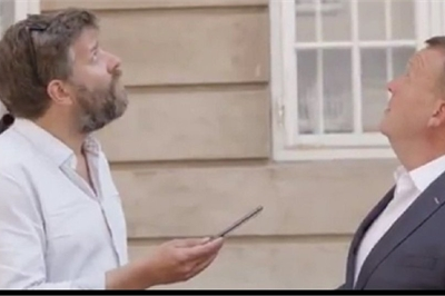 Đang trả lời phỏng vấn, Thủ tướng Đan Mạch suýt bị gạch rơi trúng đầu