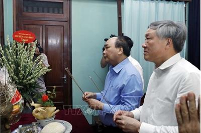 Thủ tướng dâng hương tưởng niệm Bác Hồ trong Khu Di tích Phủ Chủ tịch