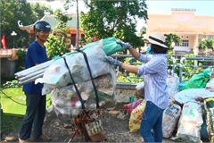 Đổi rác thải nguy hại lấy sách vở cho học sinh