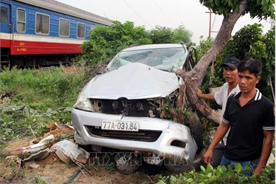 Bị tàu hỏa tông, ô tô 7 chỗ biến dạng, kẹt cứng giữa thân cây
