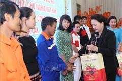 Chủ tịch Quốc hội chúc Tết và tặng quà công nhân lao động tỉnh Đắk Lắk