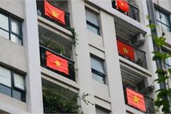 Người dân treo cờ 'nhuộm đỏ' chung cư cổ vũ Việt Nam chiến thắng dịch COVID-19