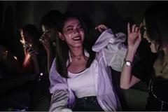 Giới trẻ Vũ Hán không khẩu trang chen chúc trong câu lạc bộ đêm