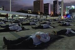 Quá nhiều người chết vì Covid-19, y tá Brazil nằm đất biểu tình