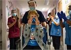 Cụ bà bước ra từ phòng tiêm vắc-xin Covid-19 truyền cảm hứng cho thế giới