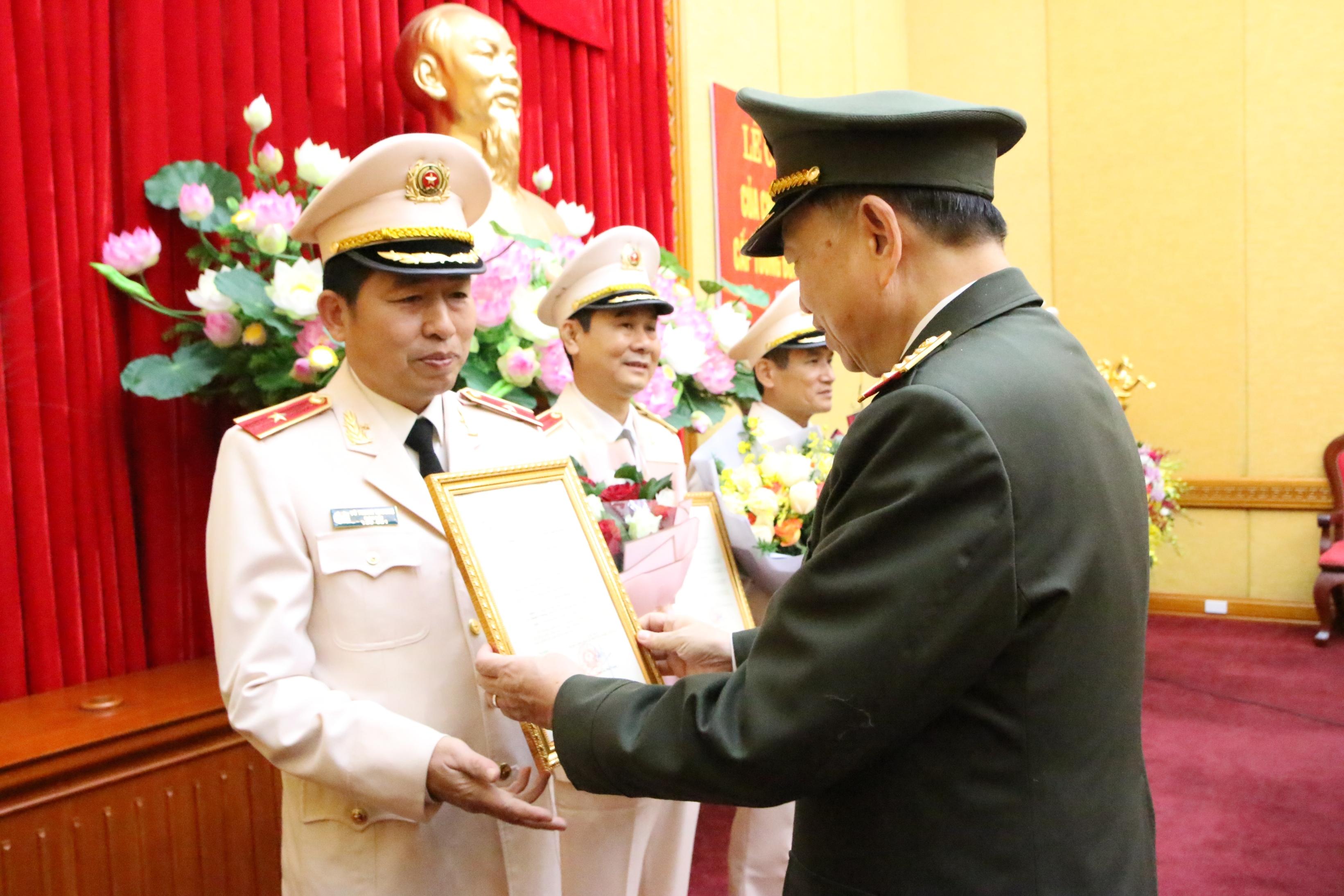 Phong Ham Thiếu Tướng Cho Giam đốc Cong An Hải Phong