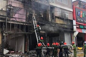 Cháy lớn tại cửa hàng gas kèm nhiều tiếng nổ, 2 nhà bên cạnh bị cháy lan