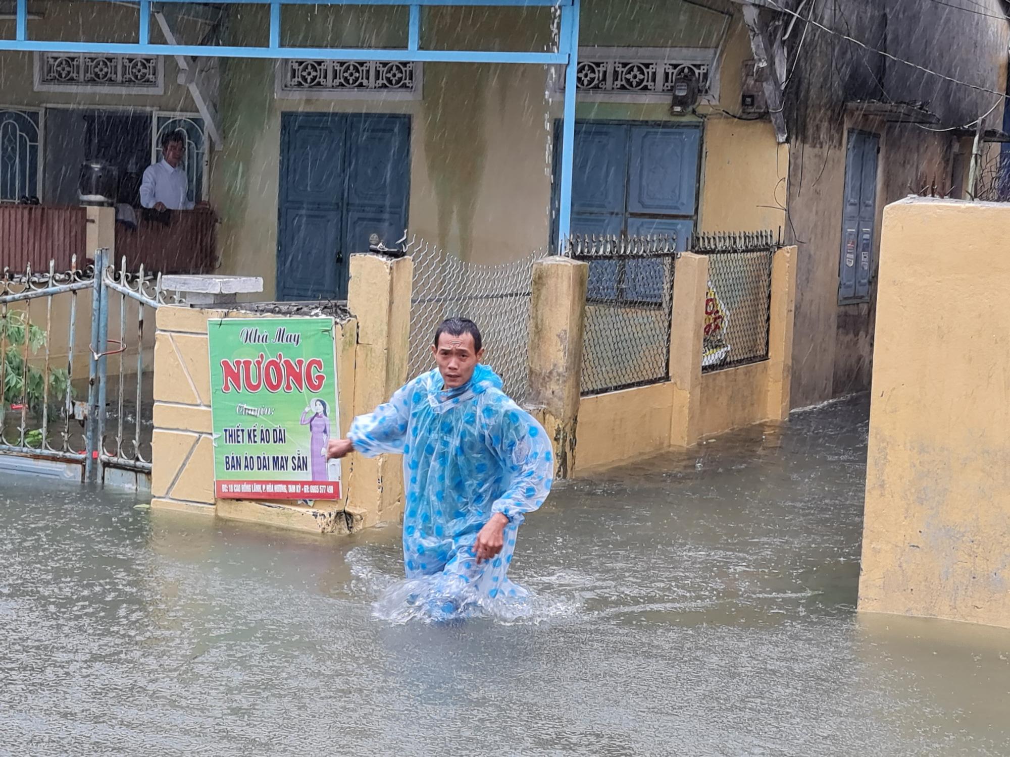 """Quảng Nam: Cô bé tên """"lụt"""" sinh ra mùa lụt, đám cưới cũng trúng mùa lụt - Ảnh 1."""