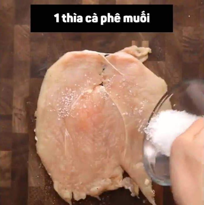 Video: Quyến rũ bọn trẻ bằng món ức gà cuộn pho mai - Ảnh 1.