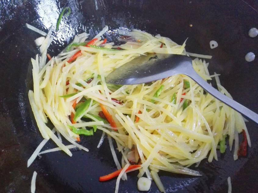 Bước quan trọng không nên bỏ qua để xào khoai tây không dính bết, thơm ngon - Ảnh 2.
