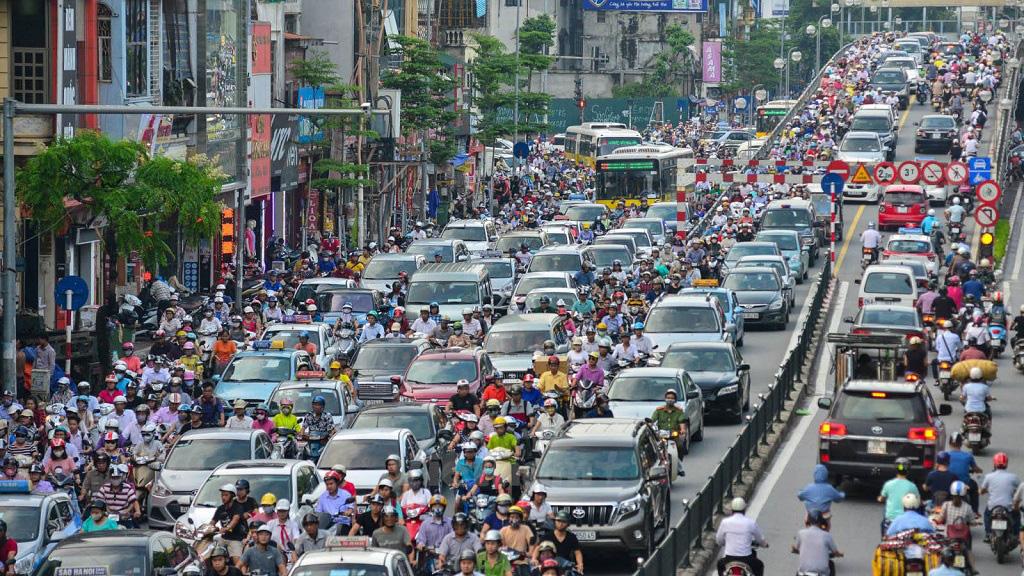 Kinh nghiệm lái xe ô tô trong thành phố giờ cao điểm - Ảnh 1.