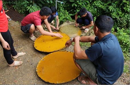 Cao Bằng: Không kém phần nguy hiểm khi dân vô rừng lấy tổ ong khoái khổng lồ to như cái mâm để làm gì? - Ảnh 5.