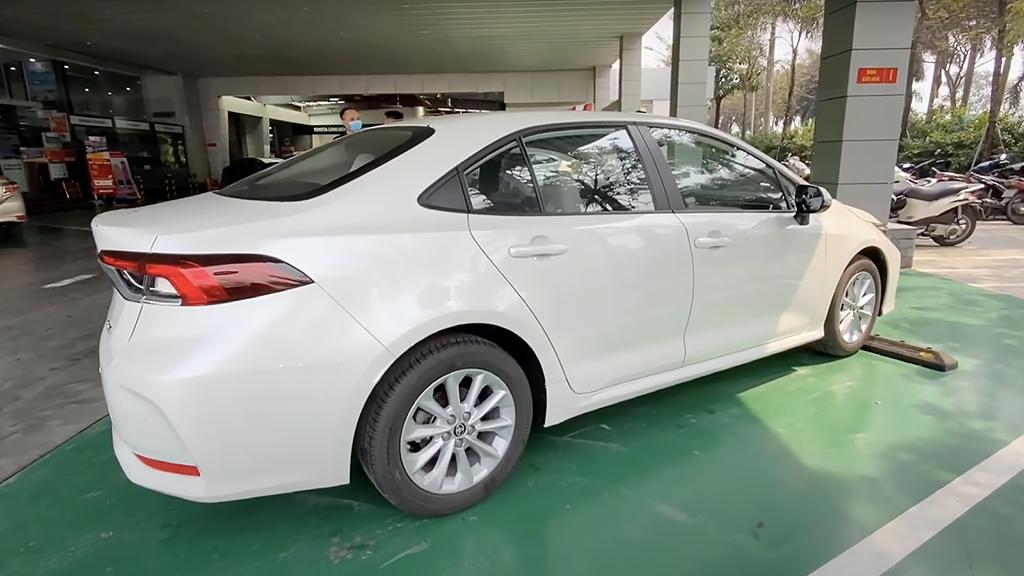 Xuất hiện ở đại lý Việt Nam, Toyota Corolla Altis 2022 khiến người dùng tò mò về nguồn gốc - Ảnh 3.