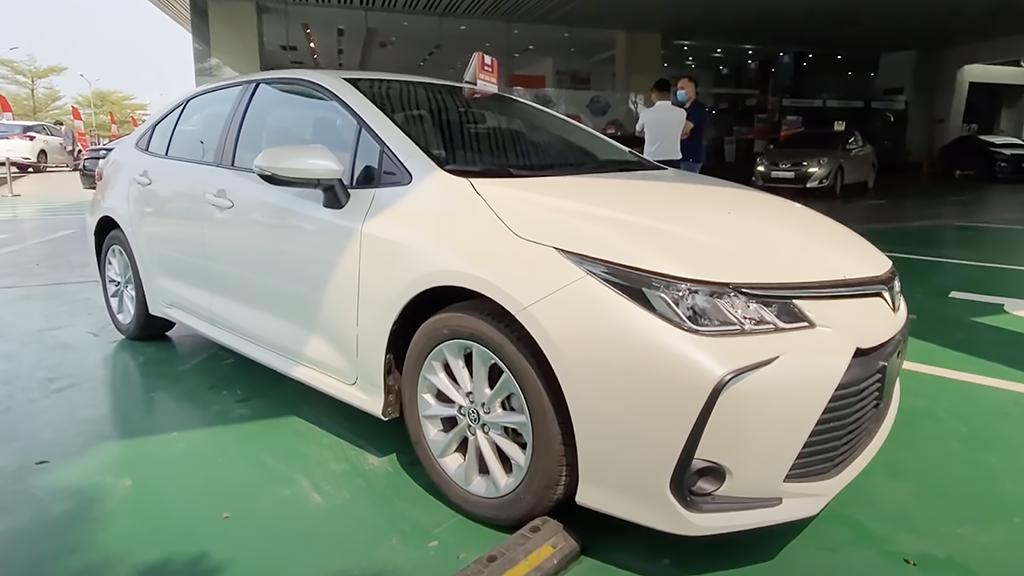 Xuất hiện ở đại lý Việt Nam, Toyota Corolla Altis 2022 khiến người dùng tò mò về nguồn gốc - Ảnh 1.