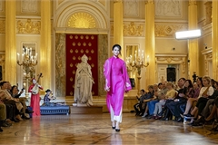 Fashion show introduces Vietnam's brocade weaving and silk in Russia