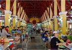 Sampling delicacies at Hoi An market
