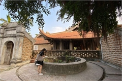Peaceful life at Duong Lam ancient village