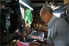 The octogenarian shoemaker in Saigon