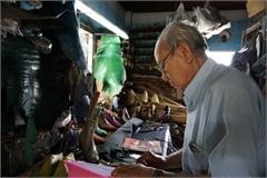 The octogenarian shoemaker in Saigon