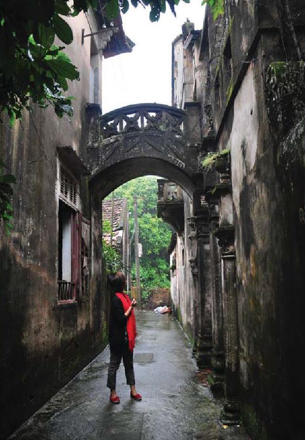 Điều đặc biệt nằm ở sự pha trộn giữa kiến trúc Việt cổ (những mái ngói cong, các cột trụ) và Pháp (thiết kế vòm).