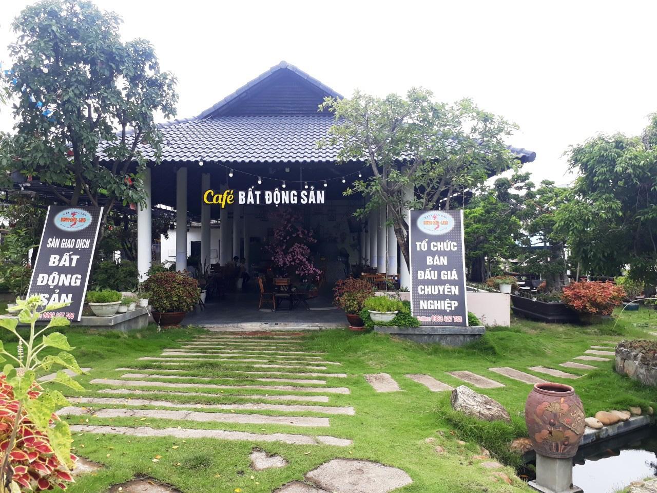Quán cà phê trong khu Villa của ông Dương Ngọc Văn cũng không có giấy phép xây dựng. Ảnh: Đình Văn