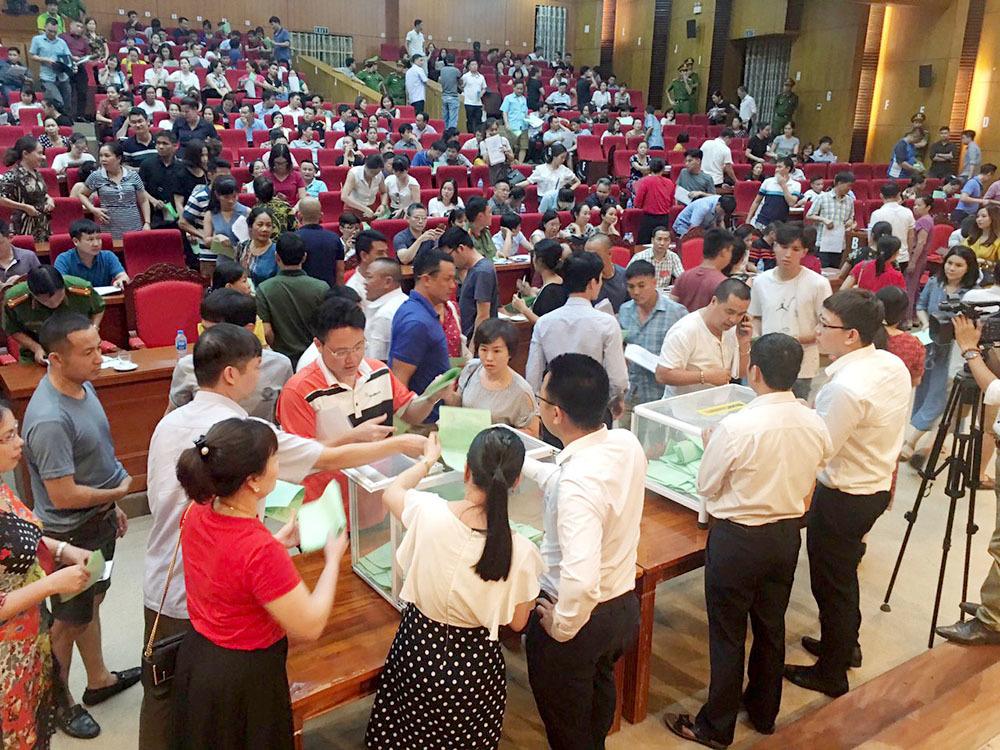 Hàng trăm người dân tham gia đấu giá đất ở tại Hội trường đa năng tỉnh Bắc Giang diễn ra mới đây. Tuy nhiên, sau phiên đấu giá hàng loạt lô đất đã bị khách hàng bỏ cọc