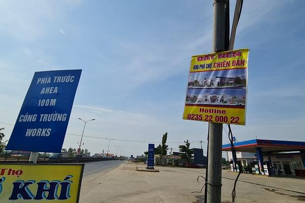 Mặc dù mới khởi công nhưng đất nền dự án khu phố chợ Chiên Đàn đã rao bán tràn lan trên mạng cũng như băng rôn.