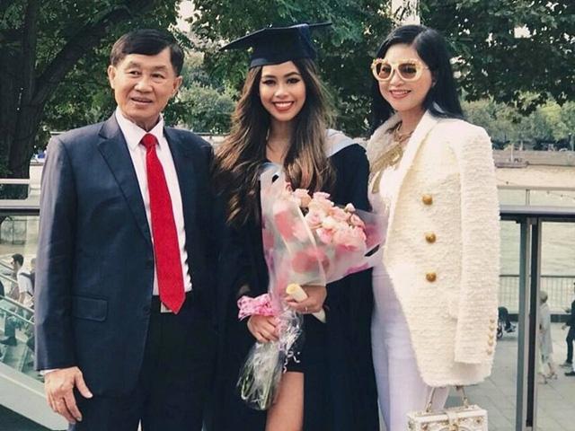 Tiên Nguyễn sinh năm 1997, tên thật là Nguyễn Thảo Tiên, con gái củadoanh nhân Johnathan Hạnh Nguyễnvà diễn viên Lê Hồng Thủy Tiên, em gái của doanh nhân Louis Nguyễn (chồng của diễn viên Tăng Thanh Hà).