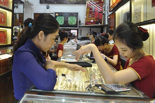 Giá vàng trong nước đang cao hơn giá vàng quốc tế tới hơn 4 triệu đồng/lượng