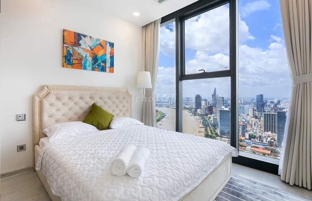 phòng ngủ với cửa kính nhìn ra toàn cảnh thành phố