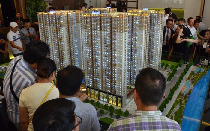 Khách hàng xem sa bàn một dự án bất động sản gồm nhiều tòa chung cư san sát nhau.