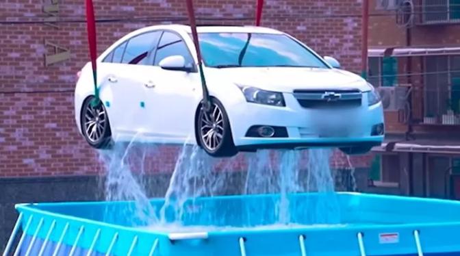 Làm thí nghiệm mạo hiểm, tự dìm ô tô xuống nước rồi livestream cách thoát thân, nam YouTuber khiến người xem hoảng sợ - Ảnh 1.
