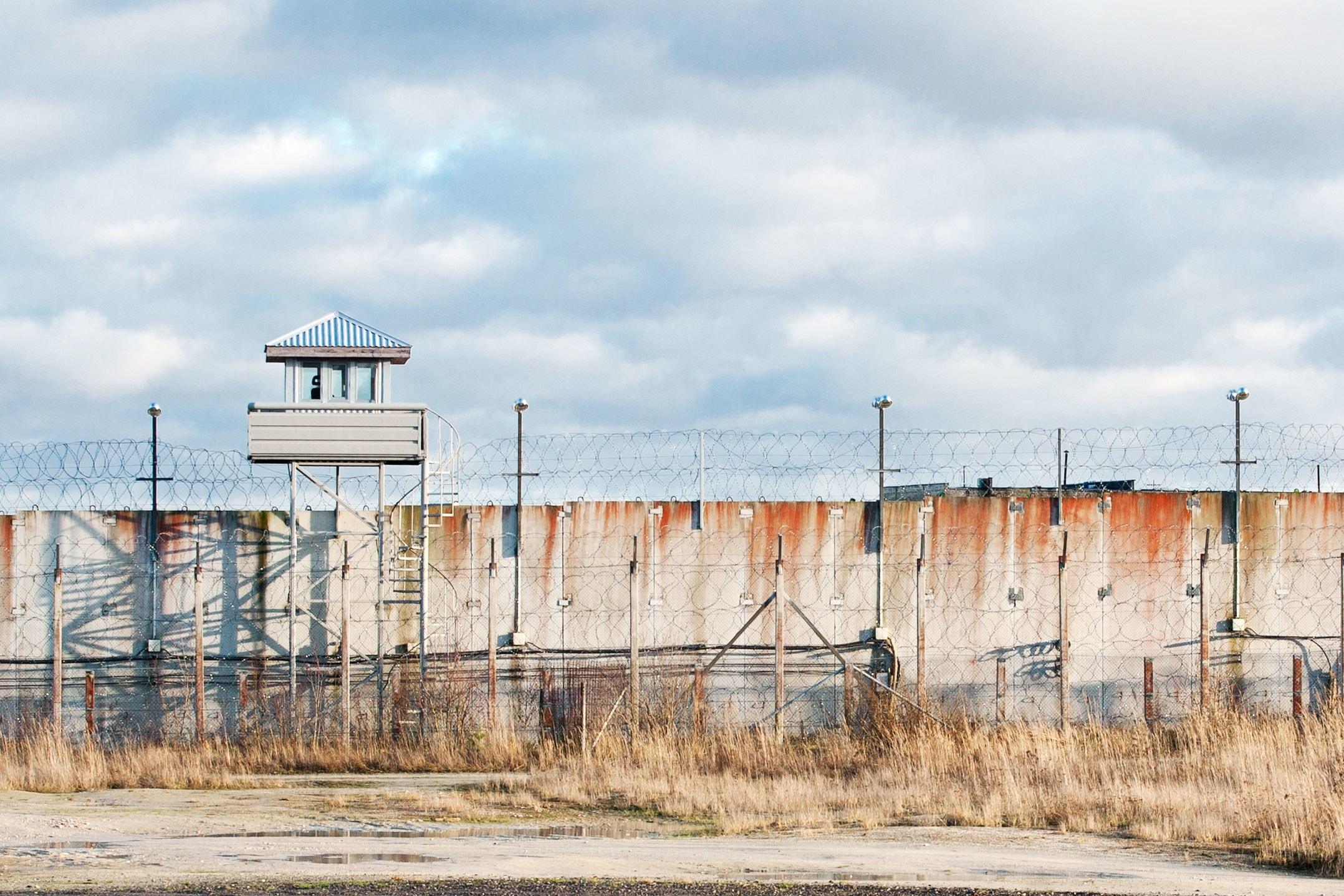 Chuyện lạ: Bà mẹ 60 tuổi của nhà nghiên cứu bảo mật ung dung bước vào nhà tù, hack cả server lẫn máy tính của quản ngục - Ảnh 1.