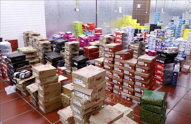 Đột kích kho hàng lậu 10.000 m2 chuyên livestream bán hàng nhái trên Facebook - Ảnh 2.